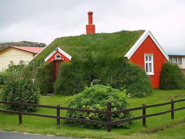 Домик с зеленой крышей
