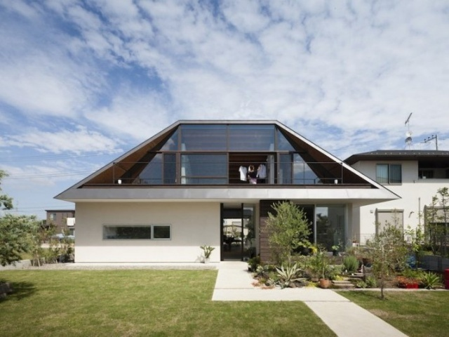 Темная стеклопрозраяная крыша
