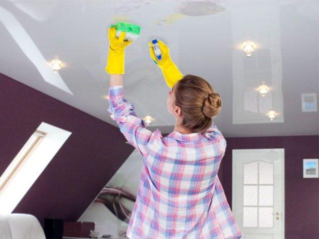 Правильное мытье белого натяжного потолка
