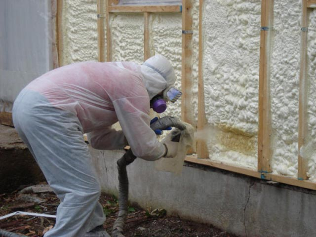 Распление пенополиуретана на стену