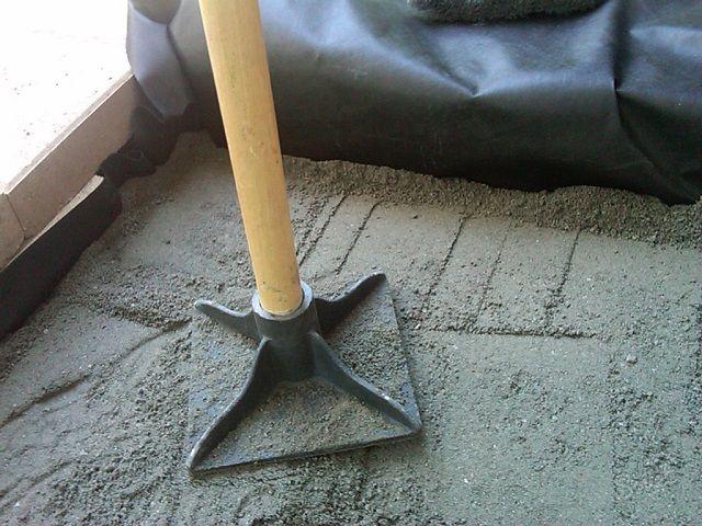 Трамбовка бетона для дорожки