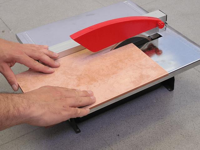 Резка электрическим плиткорезом для керамогранита