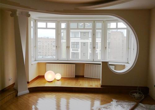 Чаще всего в объединение с другими комнатами участвует балкон. Он становится частью спальни или гостиной.