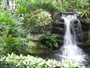 Водопад в комбинации с небольшим прудом — это очень красиво!