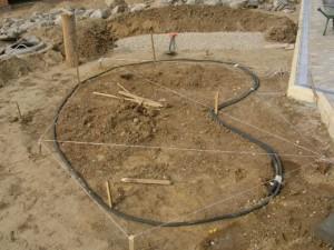 Контур пруда неправильной формы удобно разметить при помощи садового шланга