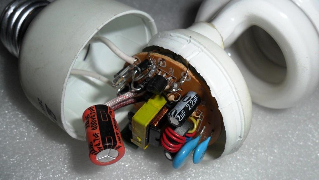 Мигает или мерцает энергосберегающая лампа