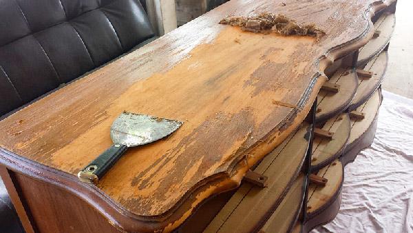 Снятие лака со старой мебели при помощи специальной пасты