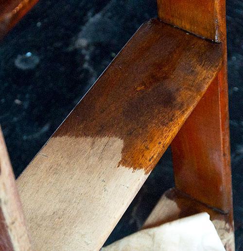 Снятие старого покрытия с деревянной мебели при помощи шлифовальной машинки